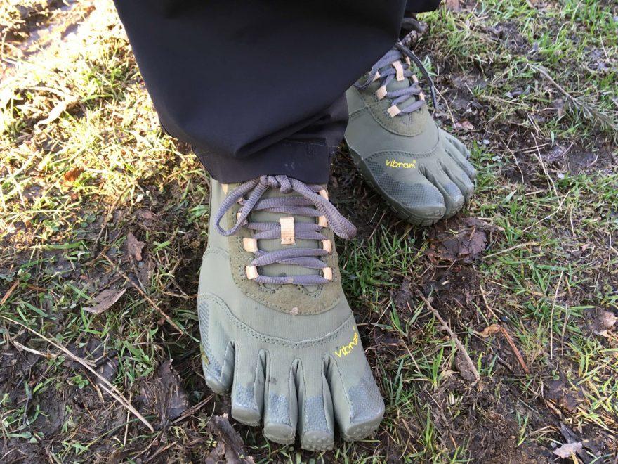 Při používání bot FiveFingers V-Trek dejte pozor na mokrou zem