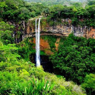 Hned vedle sedmibarevných dun padají do hloubky 100 m úžasné vodopády Chamarel,, Mauricius.