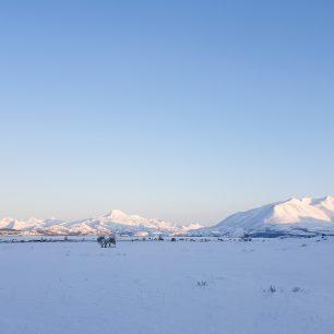 Hřeben Středových hor je vulkanického původu. Kamčatka, zimní přechod, Rusko