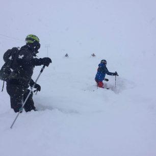 Sjezdovka v Sheregeshi, když napadne sníh. Sibiř, Rusko.