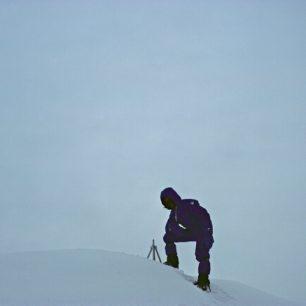Vrcholové foto na Mount Everest. V roce 1980 podnikl Reinhold Messner úspěšný sólo výstup na nejvyšší vrchol zeměkoule.
