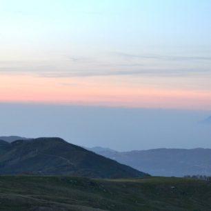 Na obzoru vystupují vulkanické kužely Liparských ostrovů, Nebrodi, Sicílie, Itálie