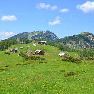 Na zvlněných travnatých pláních jsou roztroušené horské chaty a chalupy, pasou se tu krávy a kochat se dá nádhernými výhledy. Tauplitzalm, Totes gebirge, rakouské Alpy