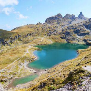 Pohled na Schwarzsee. Okruh kolem 5 jezer, Pizol, 5-Seen-Wanderung, švýcarské Alpy