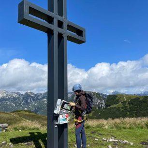Kříž na vrcholu Loser nad jezerem Altauseer see, Totes Gebirge, rakouské Alpy