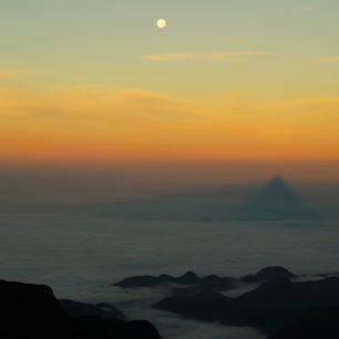 Stín Adamovy hory se zrcadlí v moři mraků, Srí Lanka.