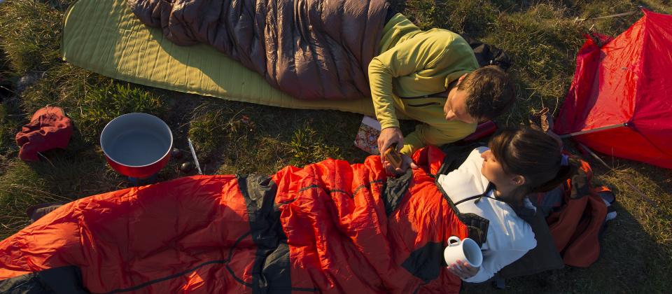 Jak vybrat spací pytel? Peří vs. syntetika a teplotní určení