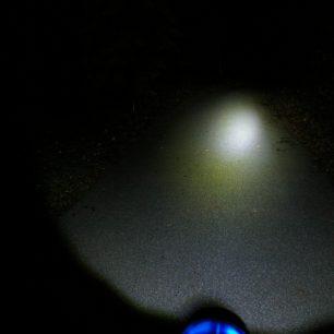 Ostré světlo do dáli a rozptýlené pro okolí.
