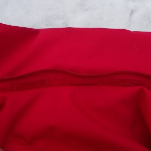 Fixace kapuce bundy HANNAH Goetz k límci pomocí zipu.