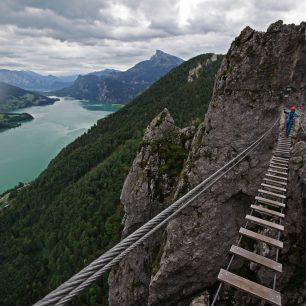 Ferata Drachenwand klettersteig s lanovým mostem a krásnými výhledy na jezero Mondsee, Solná komora.