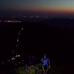 Noční had čelovek na Lysé hoře
