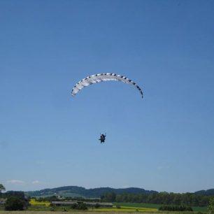 Honza si vyzkoušel i paragliding