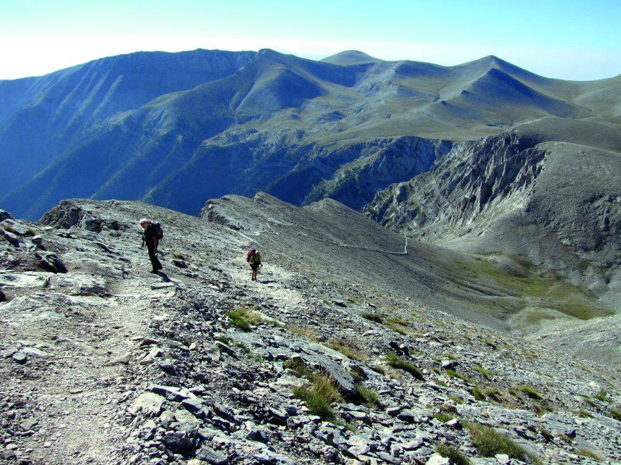 Stoupání na rozcestí Skala (2880 m) v pohoří Olymp