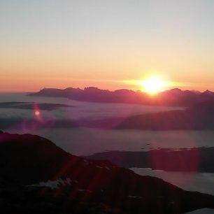 Západ slunce nad Narvikem z vrcholu Tredjetoppen