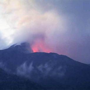 Noční erupce sopky Bezymjannyj